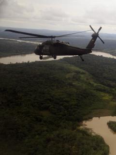Helicóptero de la Policía sobrevolando en Guaviare ilustra nota sobre menor reclutada hallada en la selva