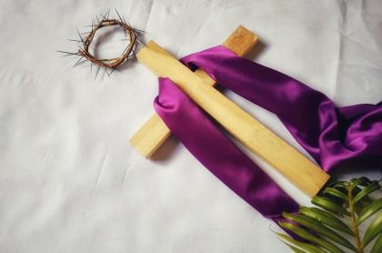 Imagen ilustrativa de cruz y corona de espinas para nota sobre cuándo es Semana Santa este 2021 y cuántos festivos tiene.