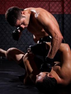 Luchadores de artes marciales mixtas, ilustran nota de video de luchador de MMA noquea a rival y le sigue pegando en el suelo, en Japón