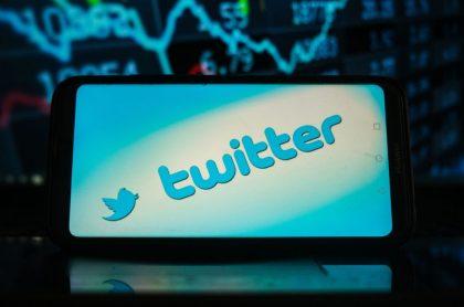 Logo de Twitter en celular, ilustra nota de primer tuit de Jack Dorsey se vende en una subasta por 2,9 millones de dólares