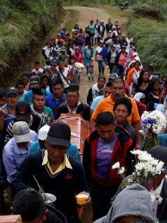 JEP: En Colombia, cada media hora una persona es desplazada forzosamente. Velorio de indígenas, 2021. Imagen de referencia.