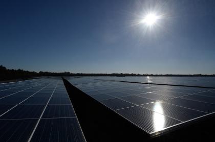 Imagen de panales solares recibiendo la luz del Sol ilustra artículo Energía solar: ¿Qué es? ¿Quién la puede instalar? ¿Qué es un panel solar?