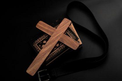 Crucifijo, biblia y cinturón, ilustran nota de Cardenal de Colonia admite encubrimiento sistémico de abusos de menores