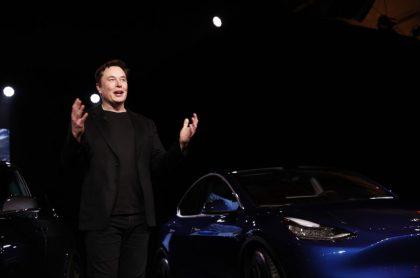 Elon Musk presenta uno de sus carros Tesla, ilustra nota de Tesla recibe ahora bitcóins como forma de pago