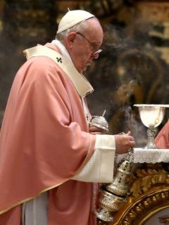 Papa Francisco baja salario de sacerdotes del Vaticano por la pandemia del covid