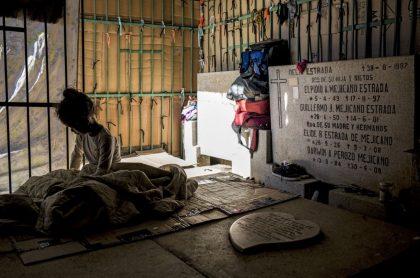 Foto de niña en cementerio de Venezuela, ilustra nota de venezolanos en miseria profanan cementerio y viven junto a muertos
