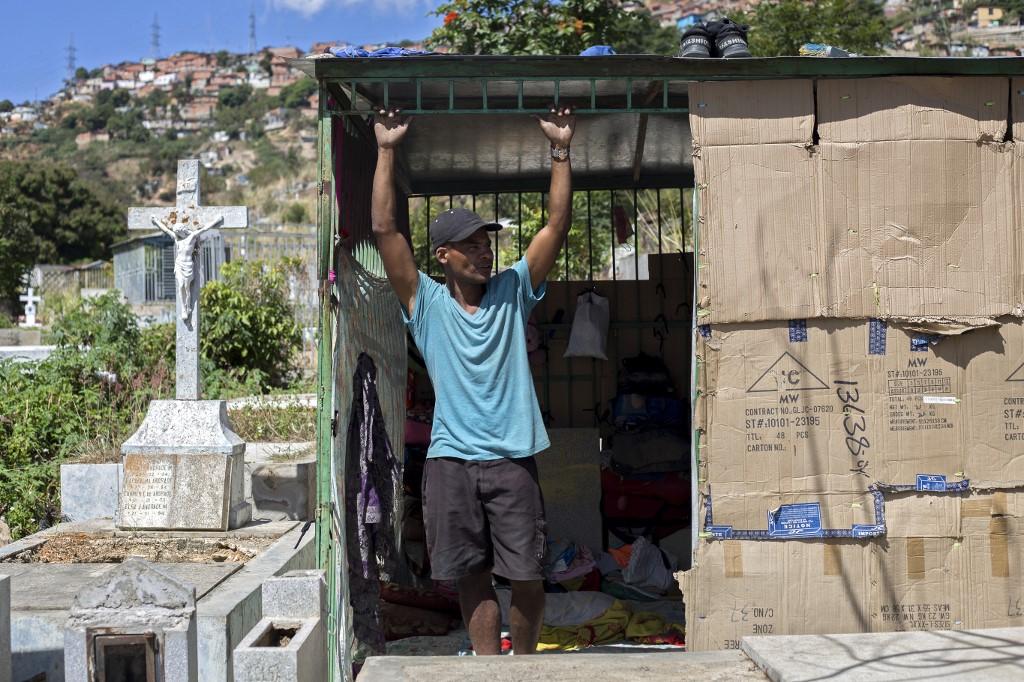 Fotos: venezolanos en miseria profanan cementerio y viven junto a muertos