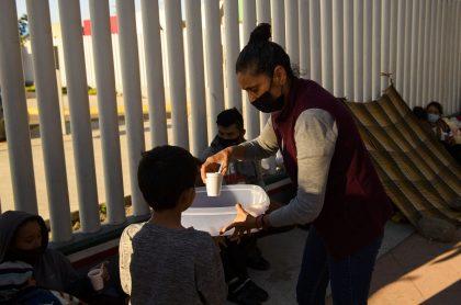Imagen de niños que ilustra nota; así es uno de los campamentos donde EE. UU. aloja a niños migrantes
