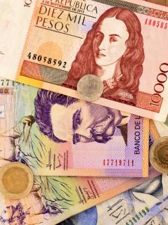 Foto de dinero ilustra nota sobre el Ingreso Solidario