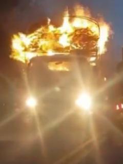 Incendio de camión envíaal llano; conductor tuvo que moverlo entre llamas