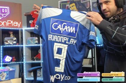 AuronPlay abrió la caja que le enviaron de Millonarios con las dos camisetas.