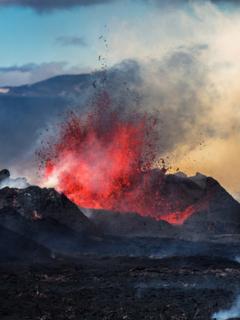 Erupción de volcán, ilustra nota de fotos de striptease de guía turístico durante erupción de un volcán