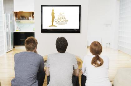 Personas viendo televisión ilustran nota sobre dónde, hora, canales y cómo ver online los Premios India Catalina hoy.