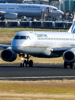 Panamá cierra puertas a quienes procedan de Suramérica debido a cepa brasileña. Imagen de referencia de un avión aterrizando.