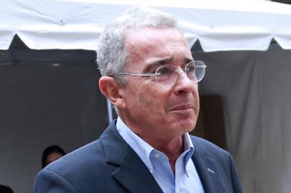 El expresidente Álvaro Uribe ilustra nota sobre columna de Daniel Coronell que habla sobre testigos a favor de él y la relación de ellos con la Oficina de Envigado