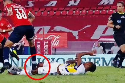 Sebastián Villa casi termina con rodilla rota en Independiente-Boca Juniors. Imagen de la agresión.