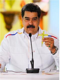 Montaje con fotos del presidente de Colombia, Iván Duque, durante una rueda de prensa en Bogotá, el 6 de marzo de 2020, y el presidente de Venezuela, Nicolás Maduro, durante un acto de Gobierno en Caracas, el 28 de marzo de 2021, donde acusó a Duque de buscar una confrontación militar entre Colombia y Venezuela.