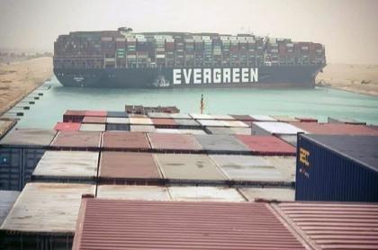 Foto del 24 de marzo de 2021 del portacontenedores Ever Given bloqueando el Canal de Suez. La nave comenzó a reflotar y está casi liberada.