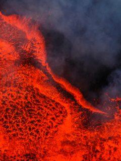 Volcán en erupción, ilustra nota de video viral de dron que capta espectacular toma de volcán en erupción hasta quemarse