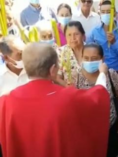 Captura de pantalla de video de sacerdote en Honduras que critica el tapabocas y se lo quita a feligreses