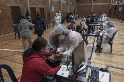 Puesto de vacunación en Colombia ilustra nota sobre adulta mayor a la que no vacunaron porque apareció como muerta