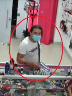 """Imagen del hombre que robó juguete sexual """"de grueso calibre"""" en una tienda, en Ibagué"""
