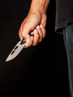 Hombre empuña navaja, ilustra nota de hombre que descubrió una hoja de cuchillo dentro de su cuerpo, 14 meses después de ser apuñalado