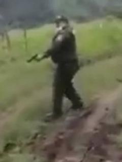 Policía disparándole a campesino que lo amenazó con machete en medio de pelea por desalojo de ganado