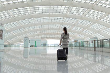 Mujer en aeropuerto, ilustra nota de Marilyn Hartman, mujer de EEUU que viajó gratis en avión por 20 años