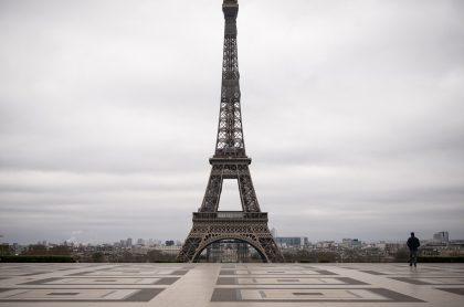 Torre Eiffel en París, Francia, país que vuelve a cuarentena por un mes