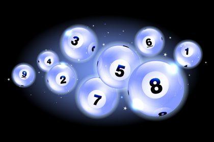 Balotas ilustran nota sobre los resultados de las loterías de la Cruz Roja y Huila del 30 de marzo, con premios y secos.