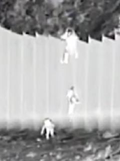 Dos pequeñas ecuatorianas fueron arrojadas por el muro fronterizo entre México y Estados Unidos.
