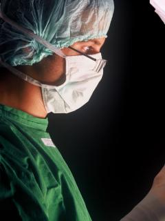 Montaje fotográfico de cirujano y hombre, que sirve de referencia para ilustrar nota de aumento de vasectomías.