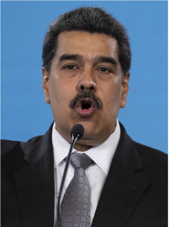 Foto del 17 de febrero de Nicolás Maduro en el Palacio de Miraflores, Caracas, Venezuela (izquierda), quien fue acusado por Juan Guaidó (foto a la derecha, tomada el 3 de marzo de 2021 en la plaza Los Palos Grandes de Caracas) por la muerte de 4 militares en combates en la frontera con Arauca, Colombia.