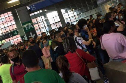 Aglomeraciones en el metro de Medellín antes de que iniciara el toque de queda nocturno
