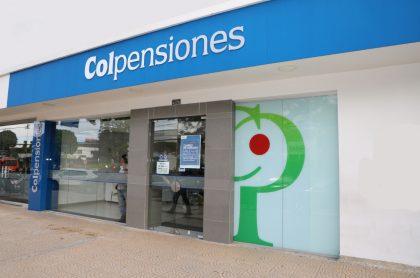 Sede de Colpensiones, a la que la Corte Constitucional pidió investigar por negarle pensión a un hombre