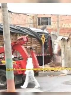 Imagen del camión se que estrelló contra casa; al menos dos personas murieron en Usme