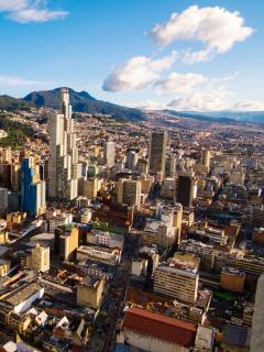 Vista aérea de Bogotá, actualmente en alerta naranja por pico de COVID-19.