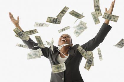 Imagen ilustrativa de mujer con dinero