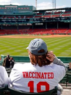 Dos personas vacunadas contra el COVID-19 asisten a un partido de béisbol en Estados Unidos.