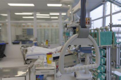 Cama hospitalaria ilustra nota sobre tres pacientes con COVID-19 que murieron después de que se presentó una falla en el sistema de oxígeno en UCI.