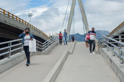 Imagen de peatones que ilustra nota; Alcaldía da permiso a peruanos y ecuatorianos para que salgan a votar