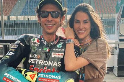 Novia de Valentino Rossi denuncia abusos en competencias del italiano. Imagen de referencia de la pareja.