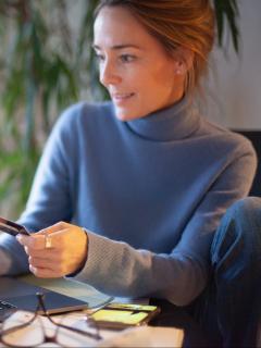 Foto de mujer con su computador ilustra nota sobre recargas en Nequi y Daviplata