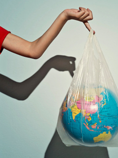 Colombianos crean bolsas 'plásticas' ecológicas a base de yuca.