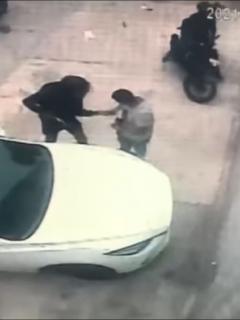 Imagen del asalto a mano armada a un comerciante en Barranquilla, que acababa de retirar dinero de un banco