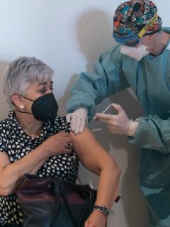 Una persona mayor recibe una vacuna de AstraZeneca en España.