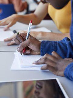 Profesora le hace preguntas de falsos positivos a estudiantes de noveno grado en Cali.