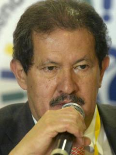 Angelino Garzón, como vicepresidente colombiano, habla durante la Conferencia Global sobre Asistencia a Víctimas y Sobrevivientes de Minas, en Medellín, el 3 de abril de 2014.