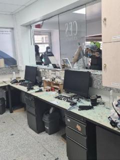 Una mujer no aceptó que no atendieran a un familiar suyo en la Clínica CES de Medellín.